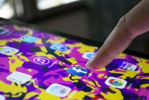 Berapa lama anak-anak menghabiskan waktu di media sosial?