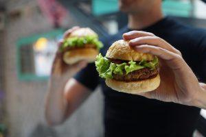 Sebuah Burger Luar Angkasa Mendarat Di Lapangan Sepak Bola