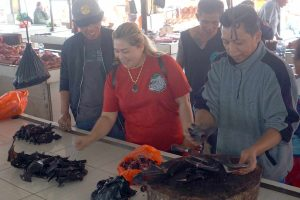 Suasana Pasar Tomohon Yang Menjual Kelelawar