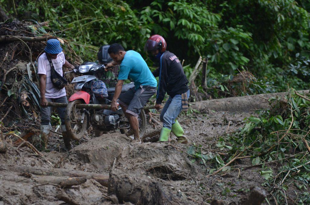 FOTO: Banjir dan Longsor di Wilayah Dumoga Sebabkan Akses Penghubung Bolmong-Bolsel Putus