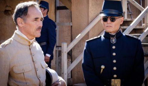 Mark Rylance dan Johnny Depp dalam film Waiting for the Barbarians.