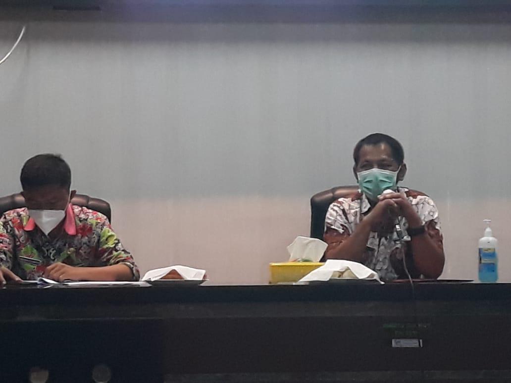 Kepala Dinkes Bolmut dr Jusnan Mokoginta (Kanan) didampingi Kepala Bidang Pengendalian dan pencegahan penyakit, Ferbryanto Lumoto (Kiri)