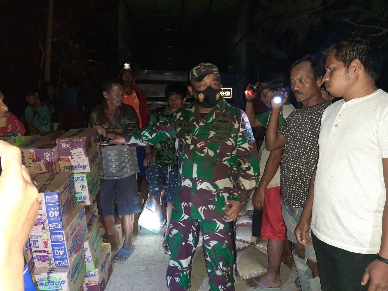 Penyerahan bantuan berupa logistik kepada pengungsi bencana gempa di Desa Laboang Rano, Kecamatan Tapalang Barat