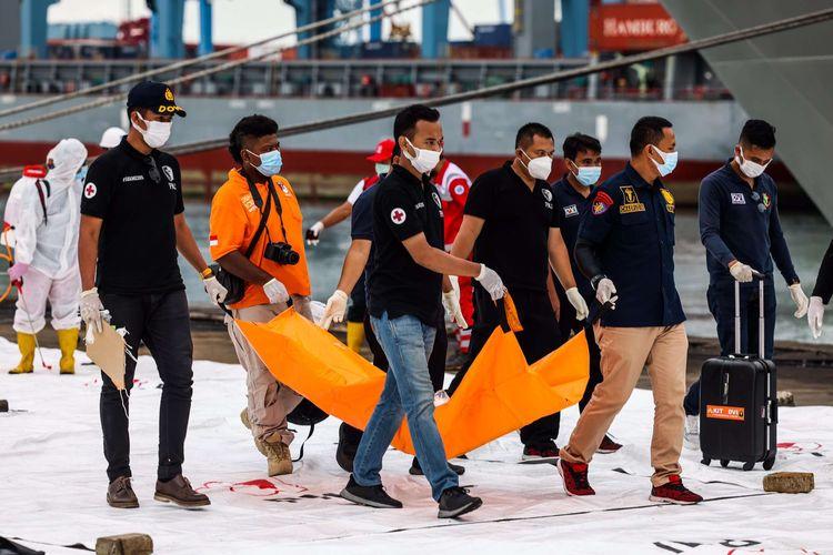 Petugas gabungan membawa bagian pesawat Sriwijaya Air SJ 182