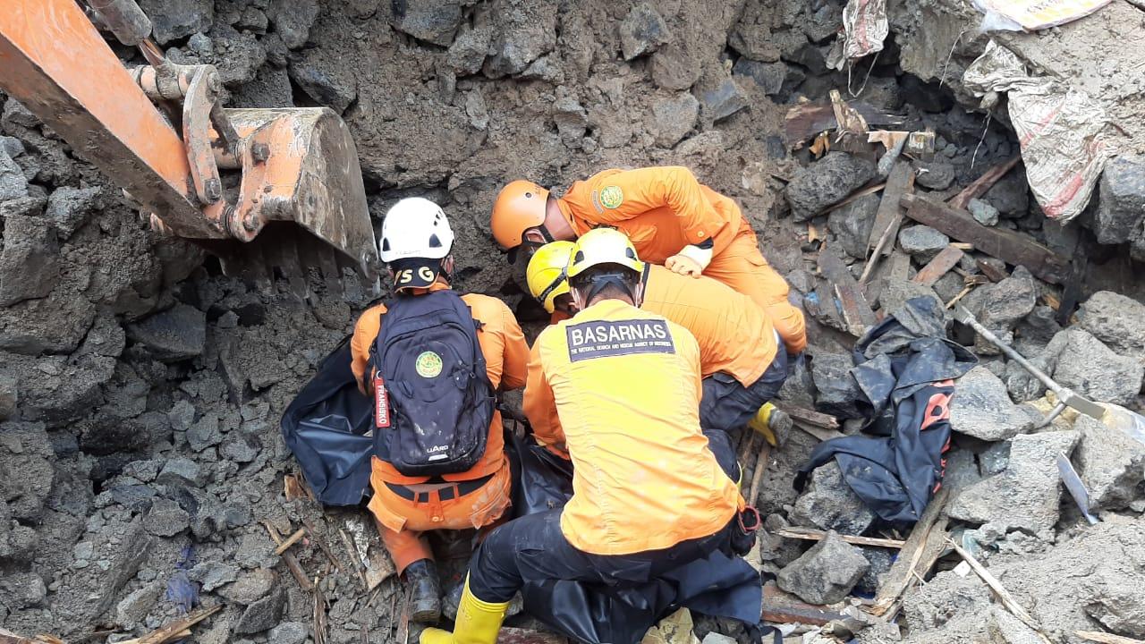 Proses evakuasi korban longsor di Manado. (Foto Basarnas Manado)