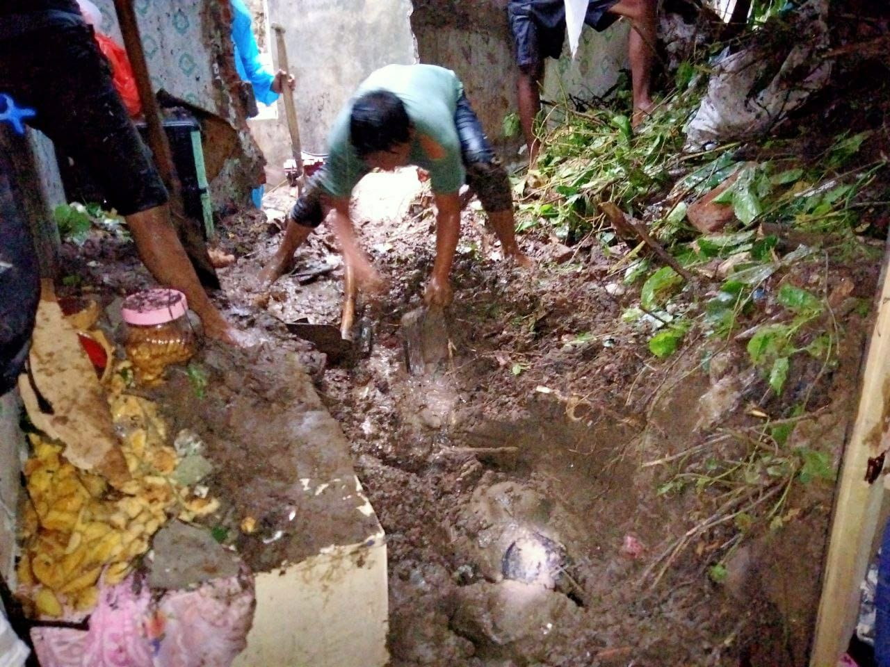 Proses evakuasi korban longsor. (Foto RAPI Manado)