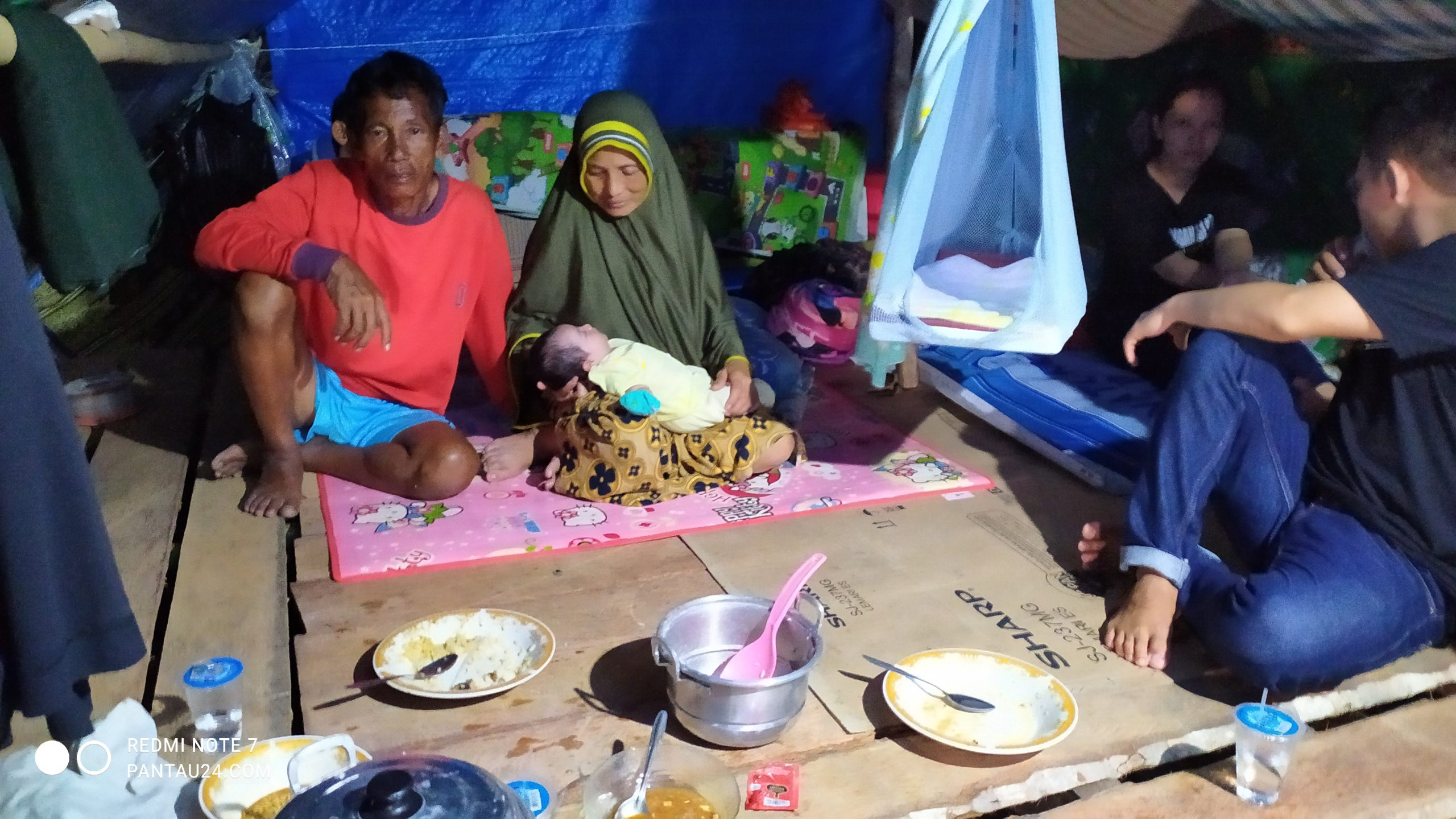 Suminto (40) bersama anggota keluarganya, termasuk bayi berusia satu bulan masih bertahan di lokasi pengungsian