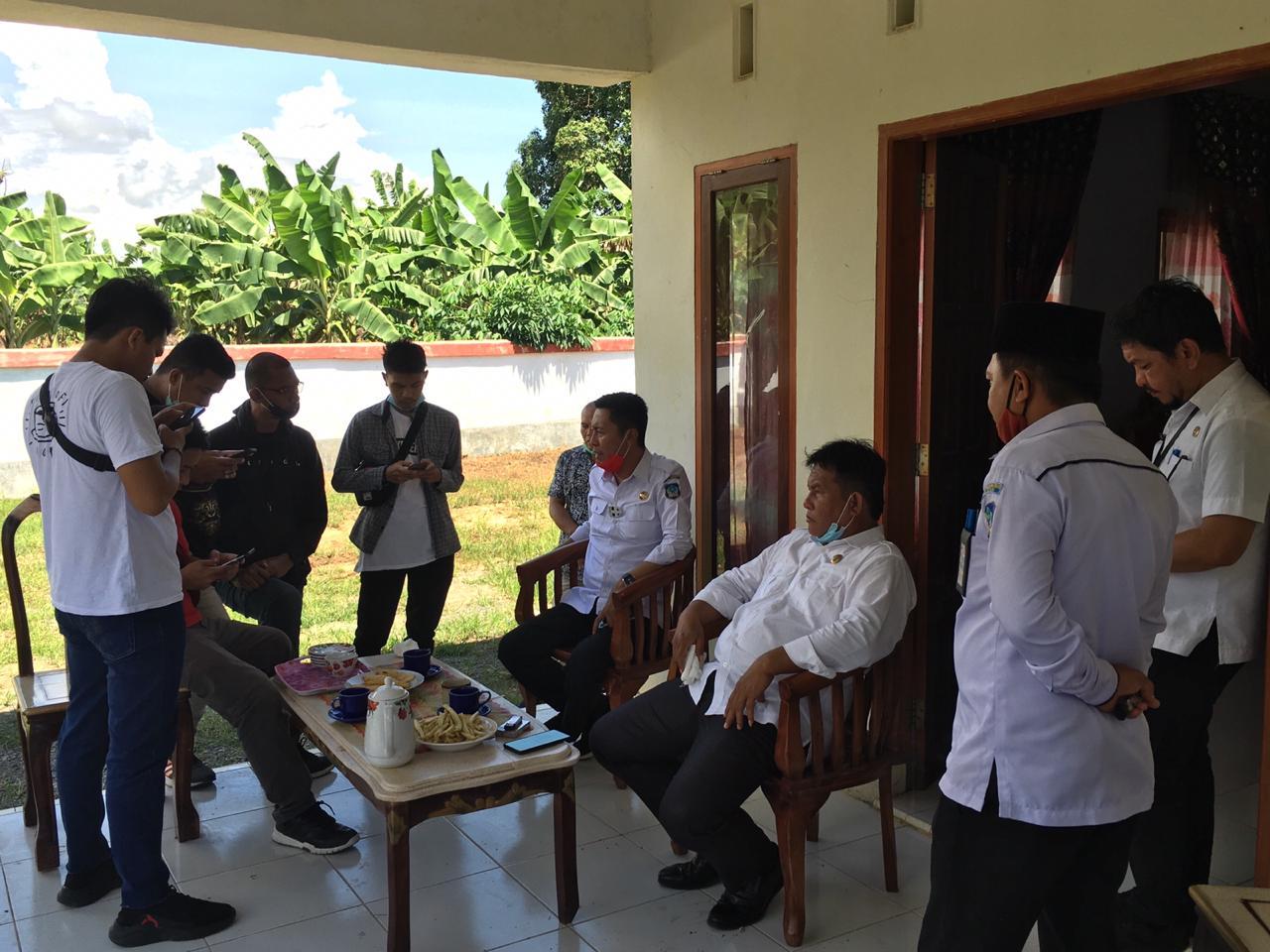 Bupati Bolsel Iskandar Kamaru dan Wabup Deddy Andul Hamid diwawancarai Awak media.