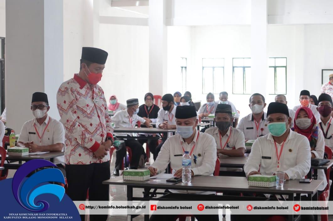 Bupati Bolsel, Iskandar Kamaru saat membuka Ujian Dinas.