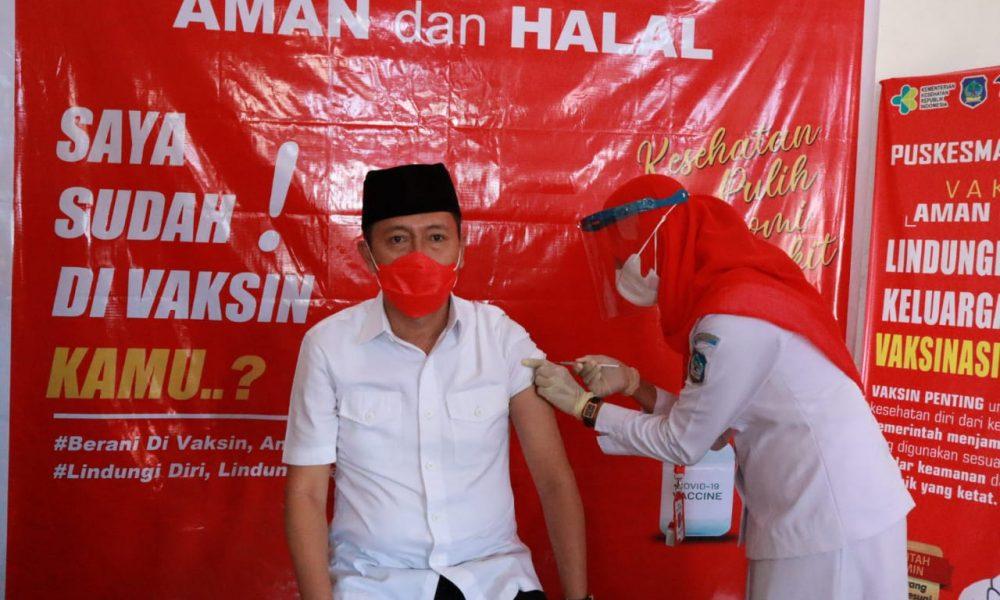 Bupati Bolsel Terpilih, Iskandar Kamaru menerima suntikan pertama vaksin sinovac.