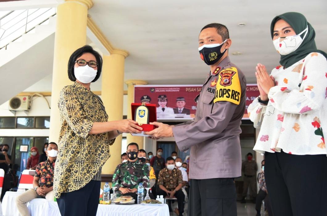 Bupati Yasti Soepredjo Mokoagow menyerahkan cendera mata kepada mantan Kapolres Bolmong, AKBP Indra Pramana.