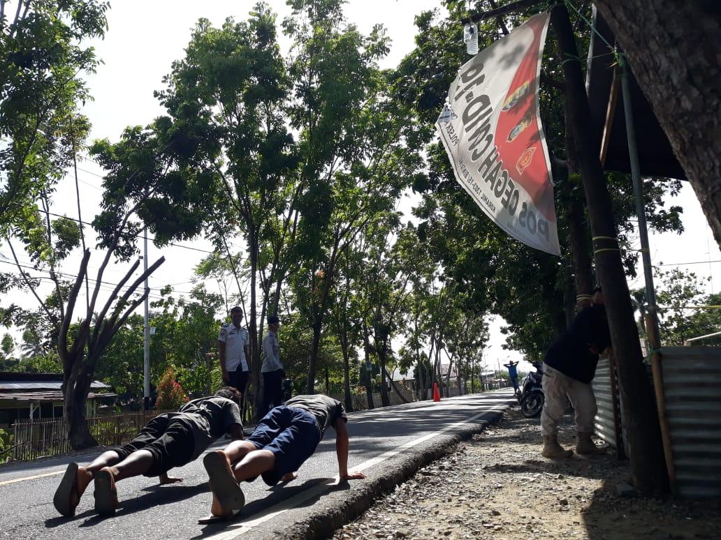 Satgas Covid-19 beri sanksi push-up kepada 2 warga yang tak memakai masker saat melintas di depan Kantor Camat Bintauna