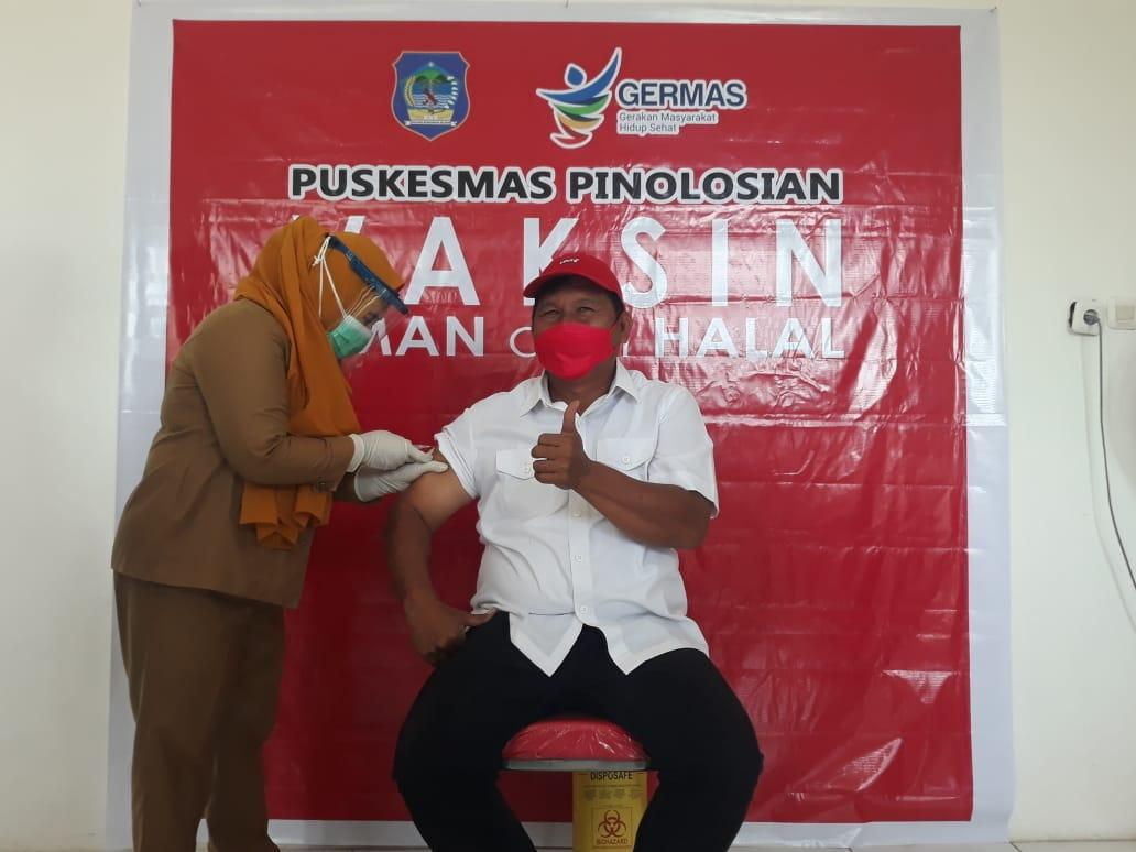 Wabup Bolsel terpilih, Deddy Abdul Hamid menerima suntikan pertama baksin sinovac.