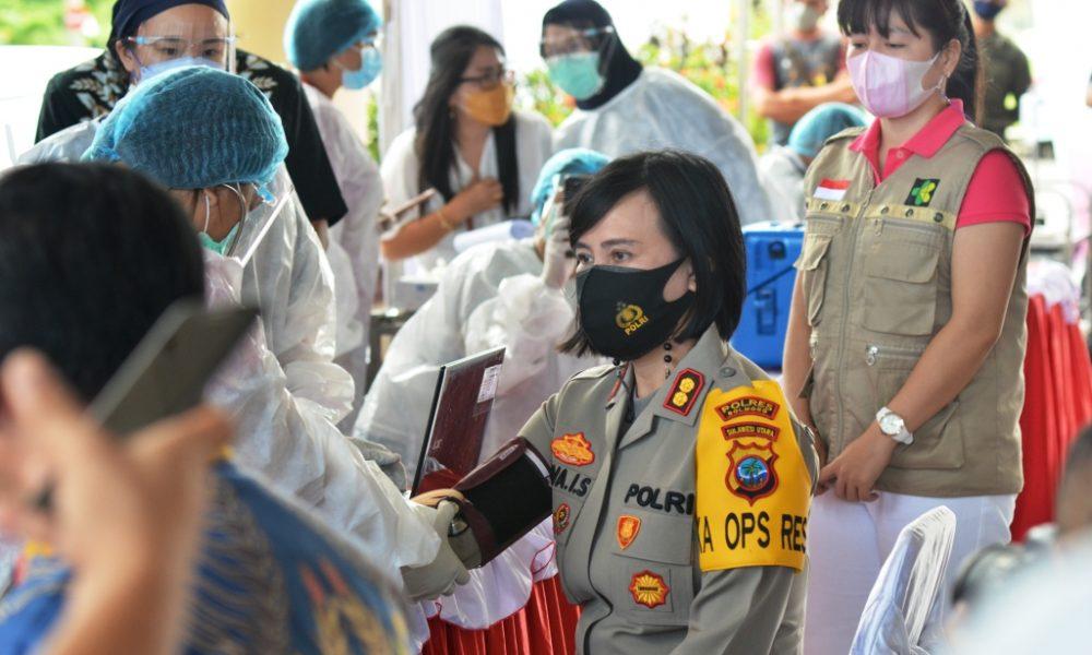 Kapolres Bolmong yang baru, AKBP Nova Irone Surentu saat menjalani screening sebelum disuntik vaksin Covid-19