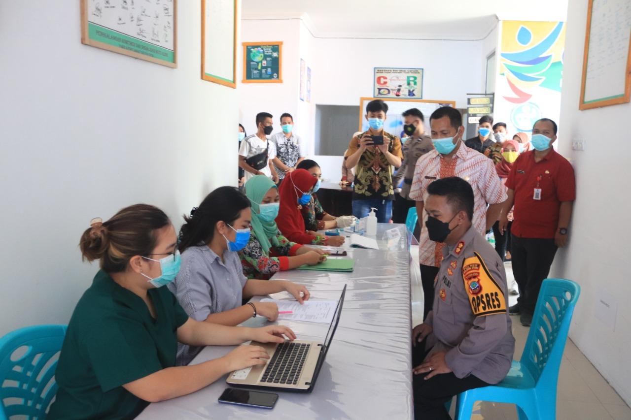 Kapolres Bolmut, AKBP Wahyu Purwidiarso didampingi Kepala Dinkes Bolmutmeninjau pelaksanaan vaksinasi Covid19 tahap dua
