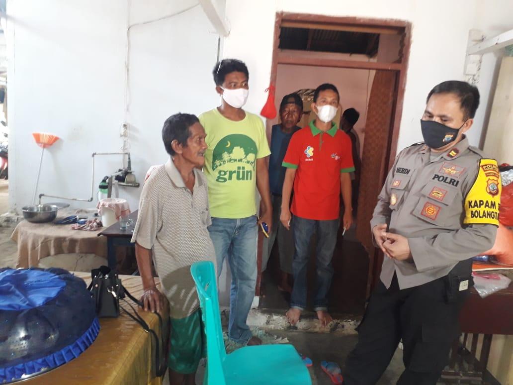 Kapolsek Bolangitan Barat, IPTU Herdi Manimpiring bersama sejumlah personil mendatangi rumah warga yang menemukan Bayi.