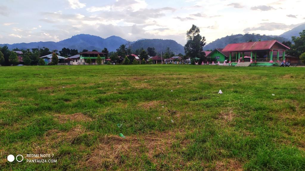 Lapangan olahraga Gumempang Desa Mopait