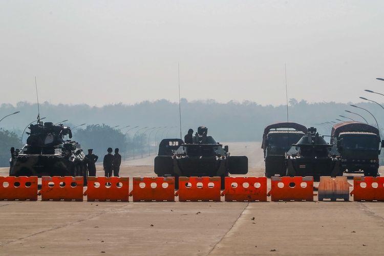 Militer Myanmar membuat blokade dengan memarkir sejumlah kendaraan bersenjata, di jalan menuju gedung parlemen pada Selasa (222021) di Naypyidaw, ibu kota Myanmar.(AP PHOTO)