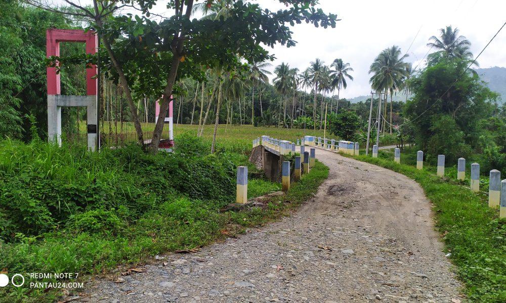 Salah satu jembatan yang akan dilalui saat masuk Desa Mengkang