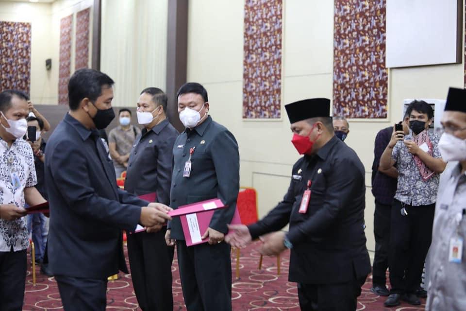 Sekda Bolsel, Marzanzius Arvan Ohy menerima SK Gubernur Sulawesi Utara sebagai pelaksana harian (Plh) Bupati Bolsel.