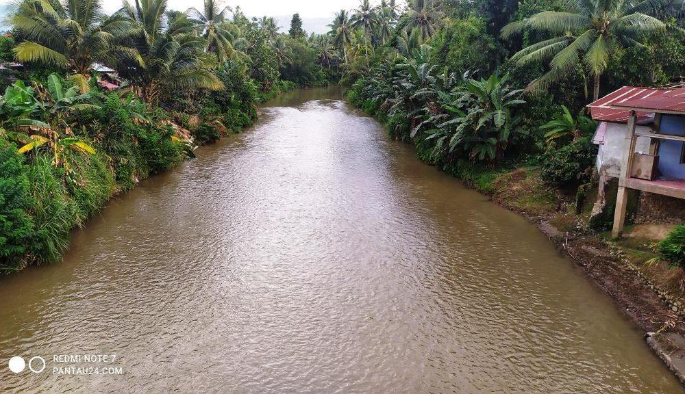 Sungai Ongkag yang melintas persis di tengah Desa Mopait
