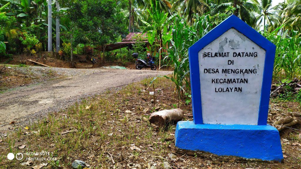 Tugu batas Desa Mengkang dari arah Desa Mopusi