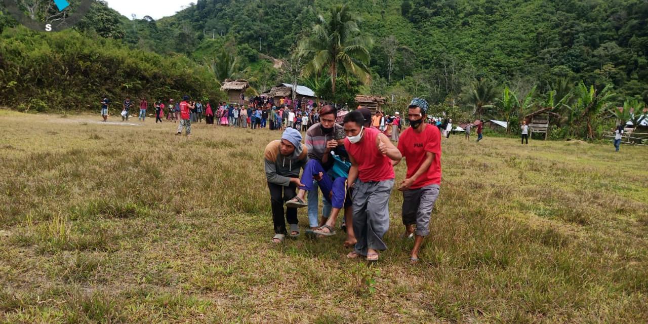Warga Seppong, Desa Ulumanda, Kabupaten Majene sedang mengevakuasi warga yang sakit untuk dirujuk ke Rumah Sakit Regional Provinsi Sulawesi Barat.(Foto BNPB)