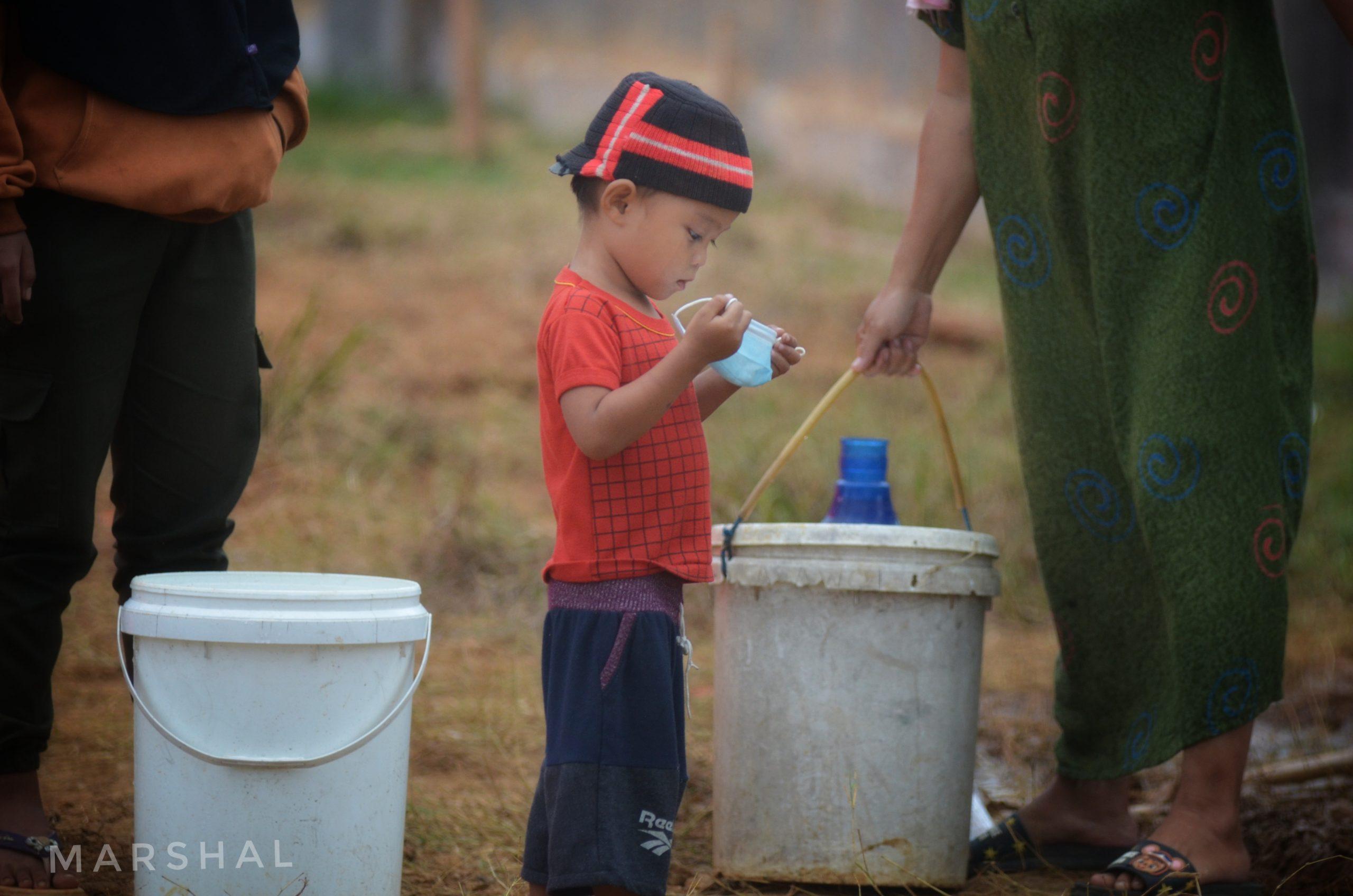 Warga di lokasi pengungsian korban gempa Mamuju, Sulawesi Barat tetap dianjurkan untuk mematuhi protokol kesehatan dengan memakai masker