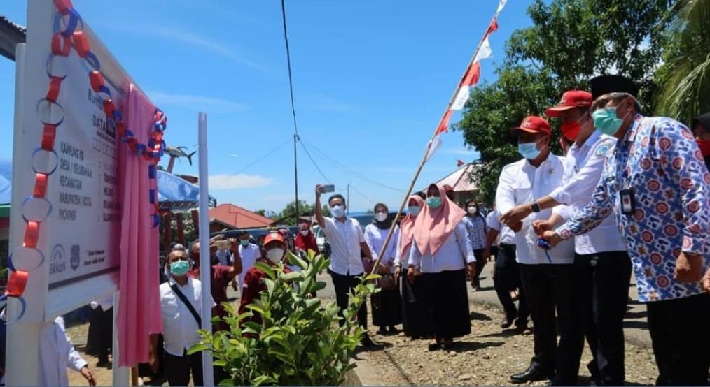 Bupati Bolsel Iskandar Kamaru resmikan rumah data di Desa Transpatoa. (Foto: Kominfo Bolsel)