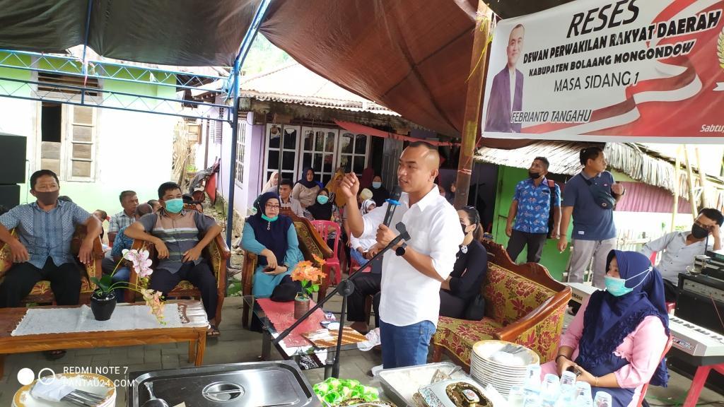 Anggota DPRD Bolmong, Febrianto Tangahu saat menaggapi berbagai usulan dari masyarakat Lolayan.