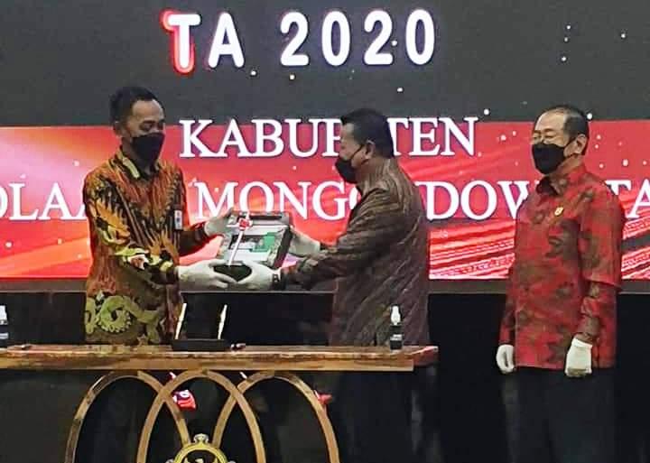 Bupati Bolmut, Depri Pontoh serahkan LKPD Tahun 2020 kepada BPK RI perwakilan Sulut