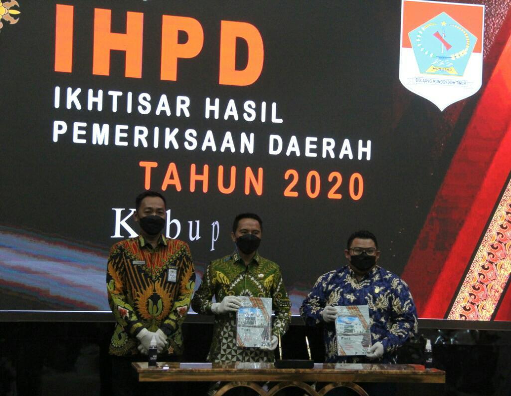 Bupati Boltim saat menyerahkan langsung LKPD tahun 2020 ke BPK RI perwakilan Provinsi Sulut.