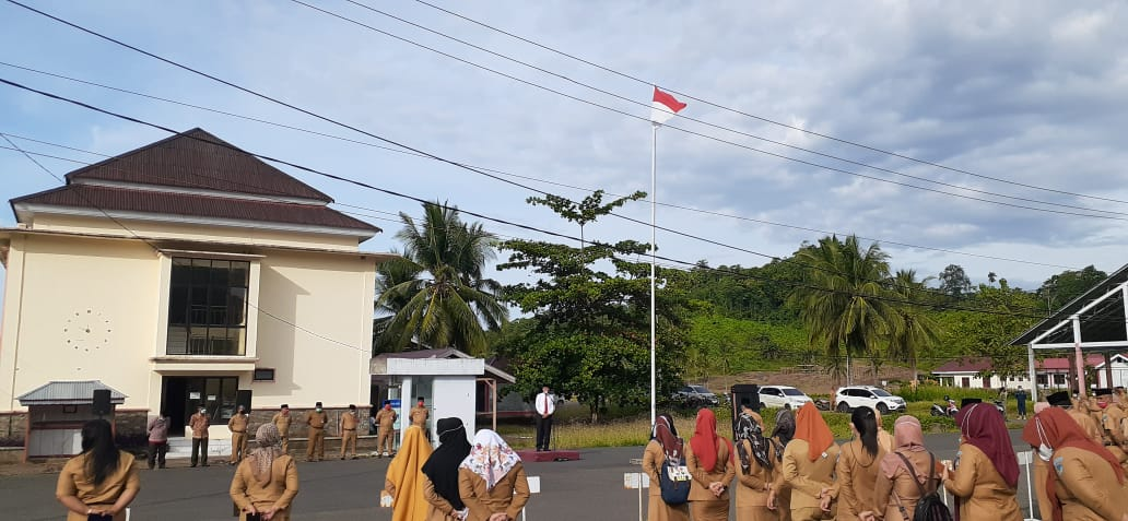 Bupati Iskandar Kamaru didampingi Wabup Deddy Abdul Hamid pimpin apel kerja perdana