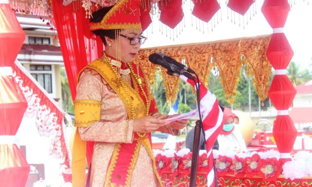 Bupati Yasti Soepredjo Mokoagow membacakan sambutan