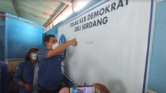 Ketua DPC Partai Demokrat Sragen Budiono Rahmadi membubuhkan cap jempol darah sebagai bukti loyalitas kepada AHY