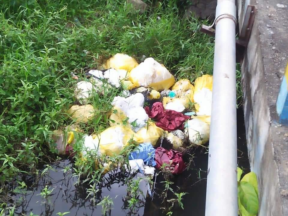 Limbah medis yang ditemukan berserakan di bawah jembatan Desa Pinogaluman, Kecamatan Lolak (1)