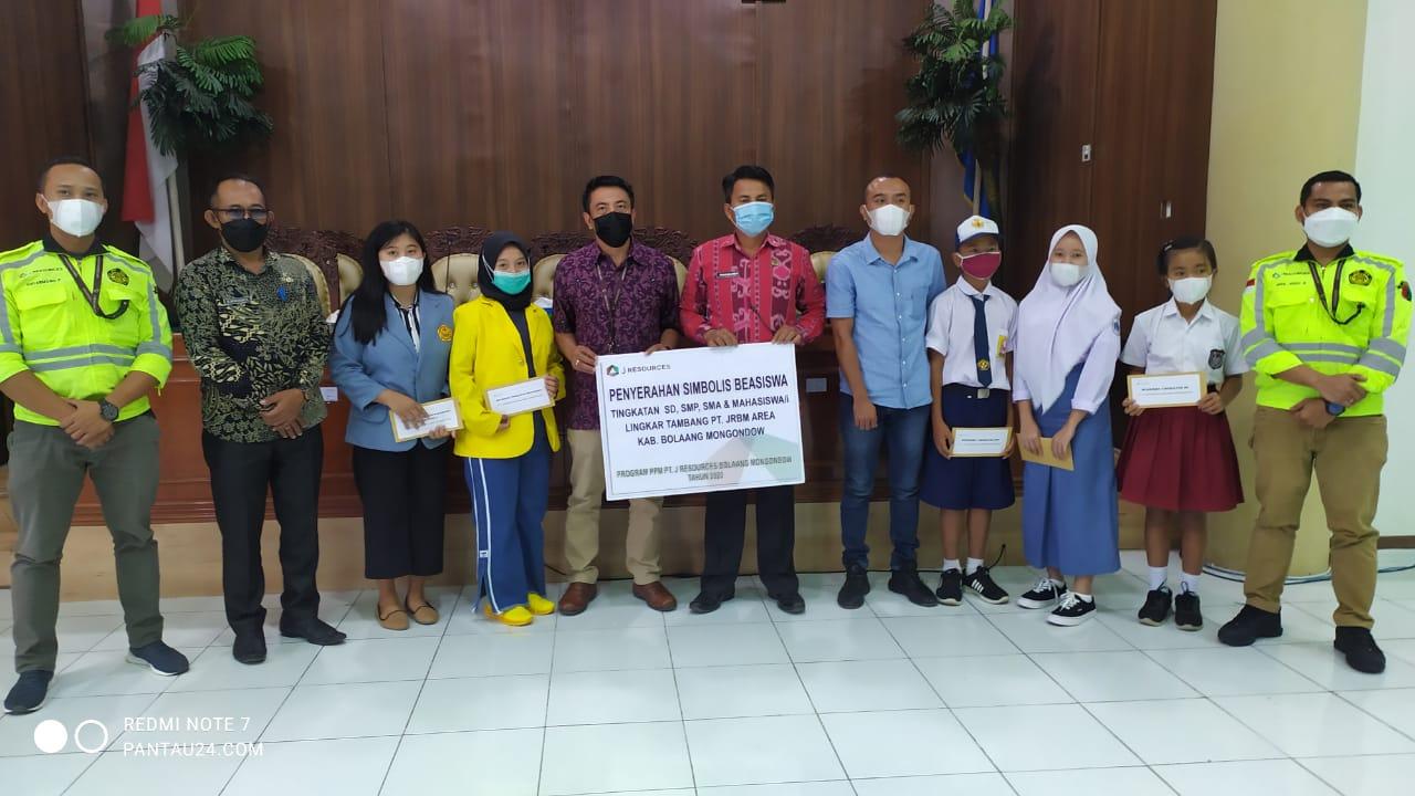 Penyerahan bantuan beasiswa secara simbolis kepada perwakilan pelajar asal Kecamatan Lolayan (1)