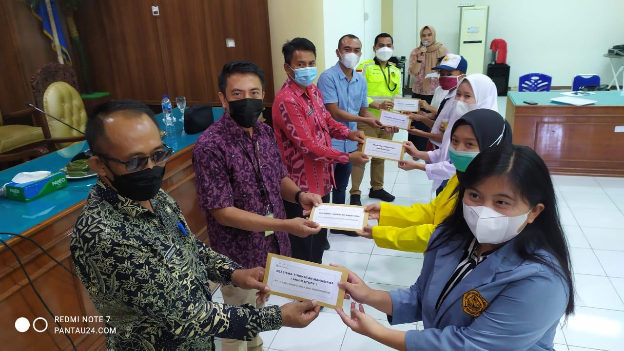 Penyerahan-bantuan-beasiswa-secara-simbolis-kepada-perwakilan-pelajar-asal-Kecamatan-Lolayan-2