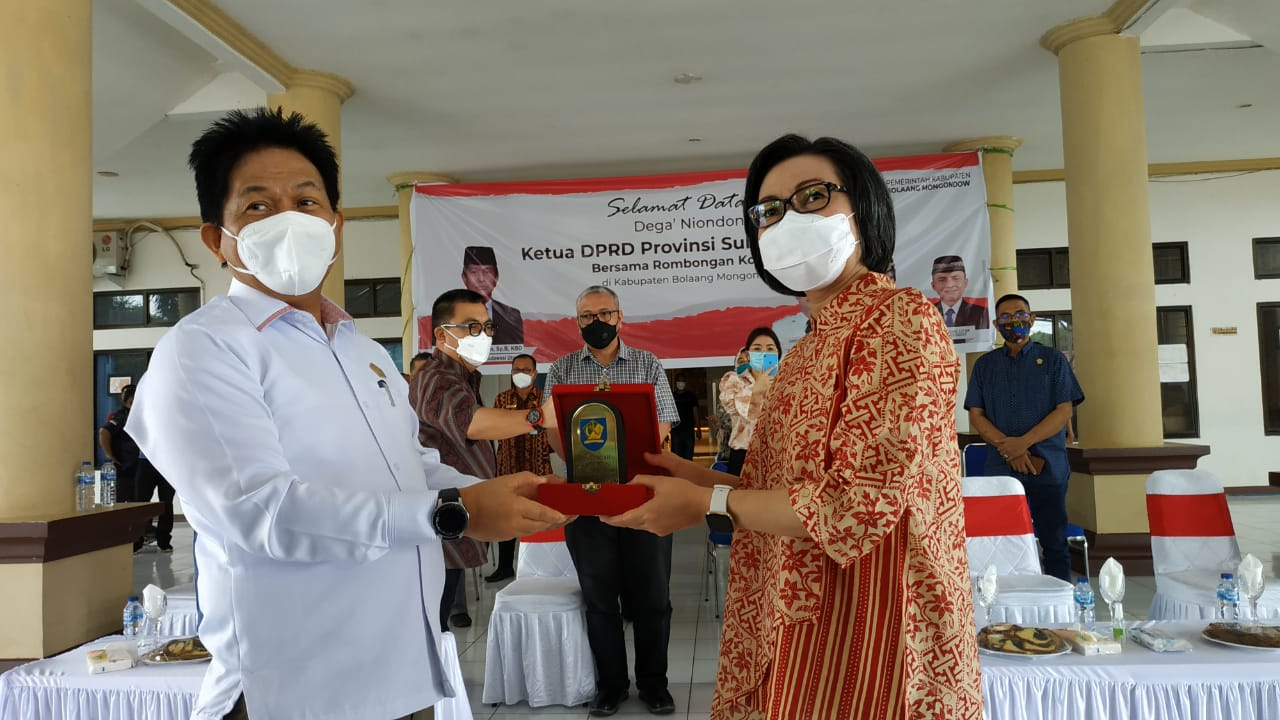 Penyerahan cendera mata oleh Bupati Bolmong kepada Ketua DPRD Sulut