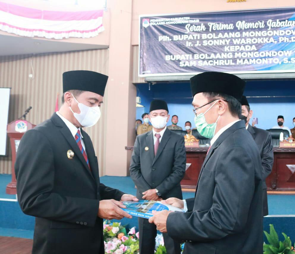 Plh Bupati Boltim Sonny Warokka saat menyerahkan memori jabatan kepada Bupati Boltim Sam Sachrul Mamonto.