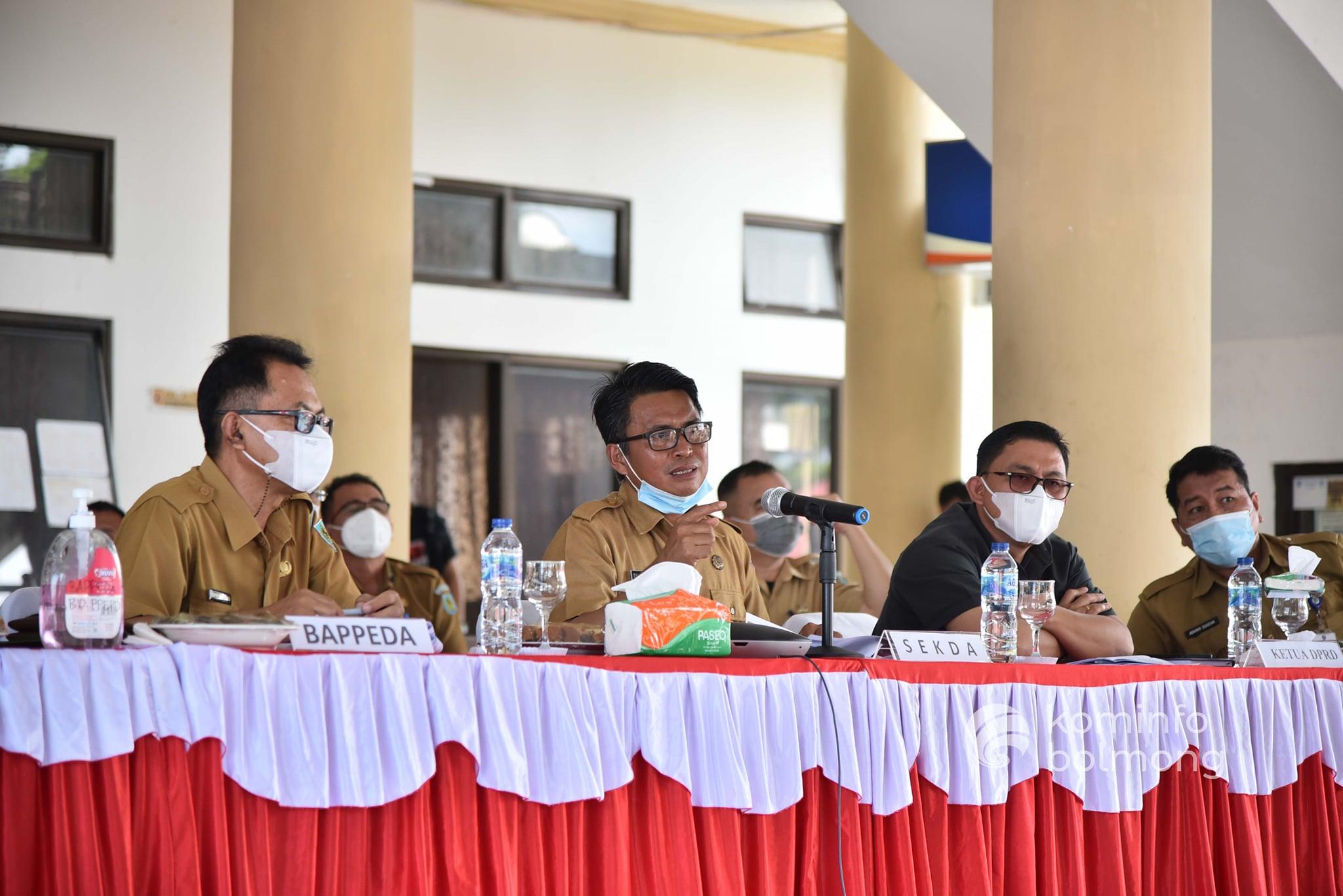 Sekda Bolmong, Tahlis Gallang memaparkan kondisi perencanaan pada Musrenbang RKPD Kabupaten Bolmong 2022