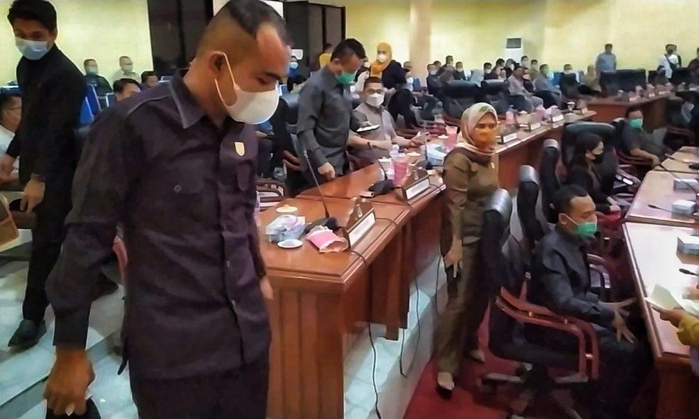 Empat fraksi DPRD Bolmong, memilih walk out saat rapat paripurna akan dimulai