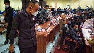 Aksi Penolakan Terhadap Ketua DPRD Bolmong Memanas, 4 Fraksi Walk Out dari Paripurna