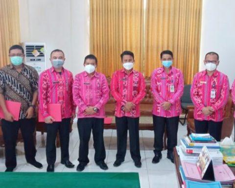 Sekda Tahlis Gallang bersama pejabat Bolmong usai penyerahan enam SK Plt di lingkup Pemkab Bolmong. (Foto: Istimewa)