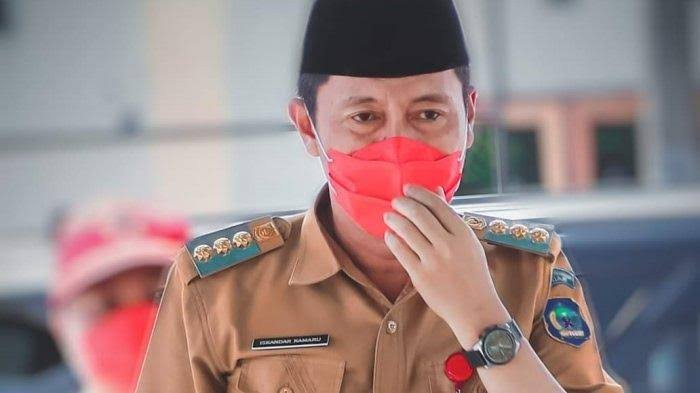 Iskandar Kamaru (masker merah)