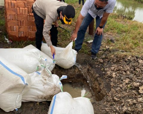 Kapolres Bolmong, AKBP Nova Irone Surentu memimpin langsung pemusnahan barang bukti berupa ribuan liter Miras