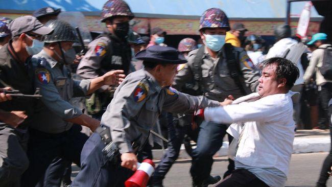 Gelombang protes kecam kudeta Myanmar. (Foto: AFP/ST)