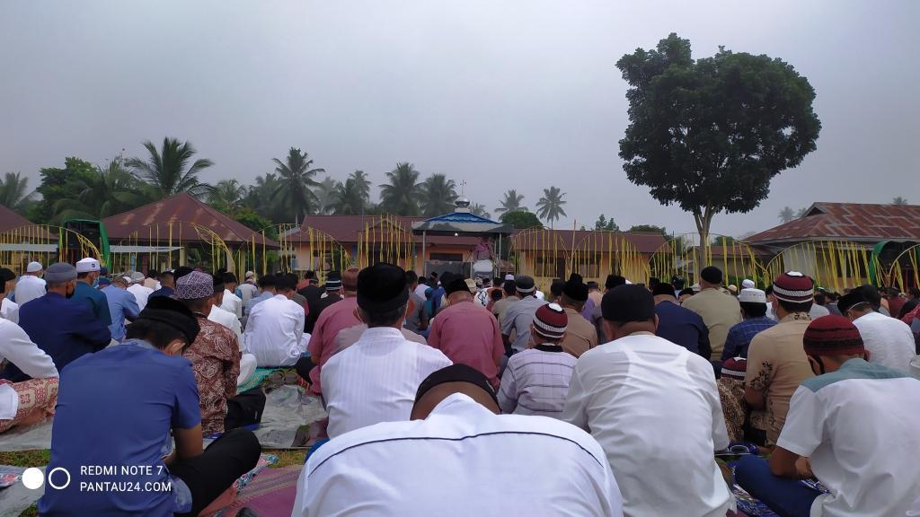 Pelaksanaan salat Idul Fitri di Desa Kopandakan II, Bolmong.