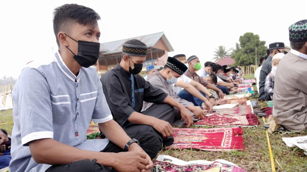 Pelaksanaan salat ied di Desa Kopandakan II, Kecamatan Lolayan dengan menerapkan prokes secara ketat.