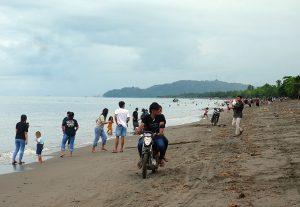 Jumlah Kasus Menurun, Sebagian Pengunjung Wisata Pantai Bungin Tak Menggunakan Masker